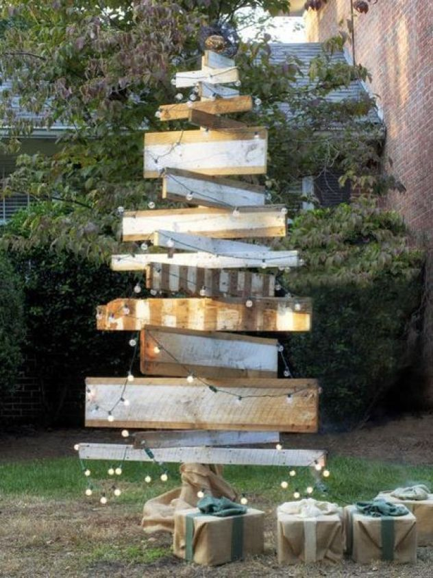 Reclaimed-wood-tree-for-winter-front-yard