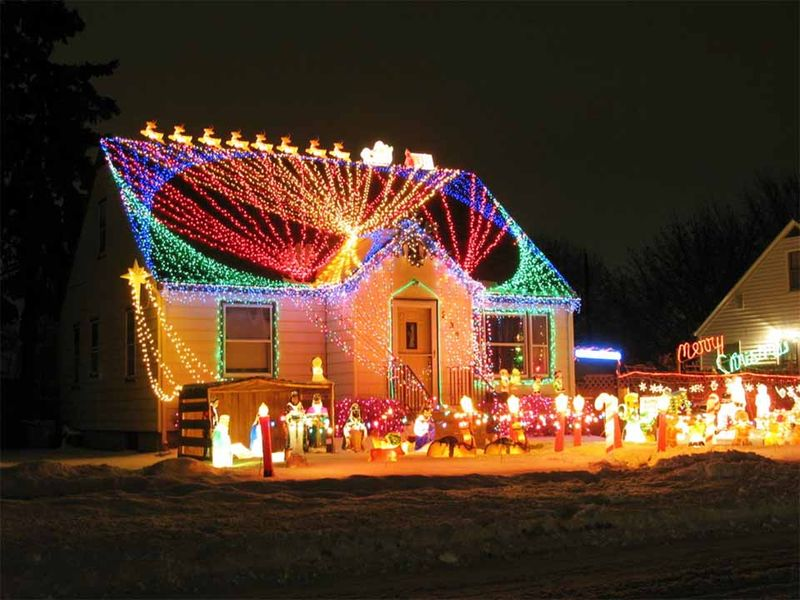 30 Incredible Front Yard Lighting Installation for Christmas Celebration