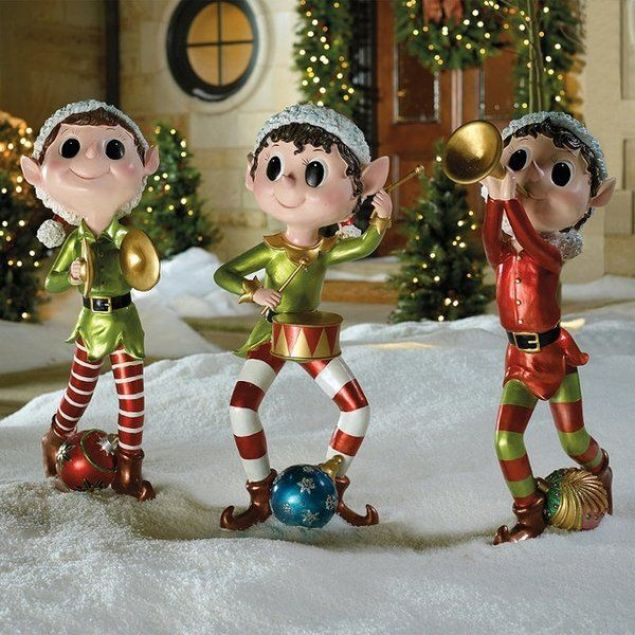 These-cute-little-elves-are-enjoying-christmas-by-singing-and-dancing.
