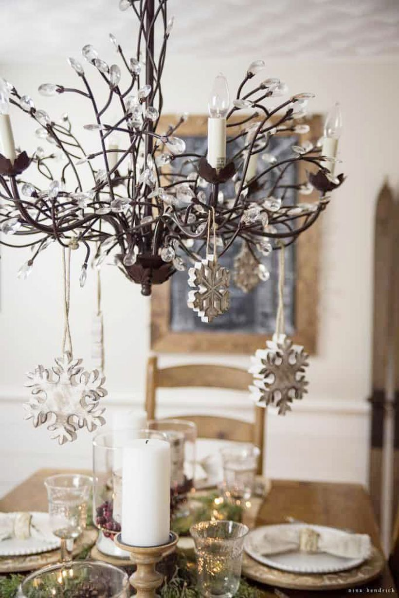 Winter-decorating-ideas-snowflake-chandelier-1540998989
