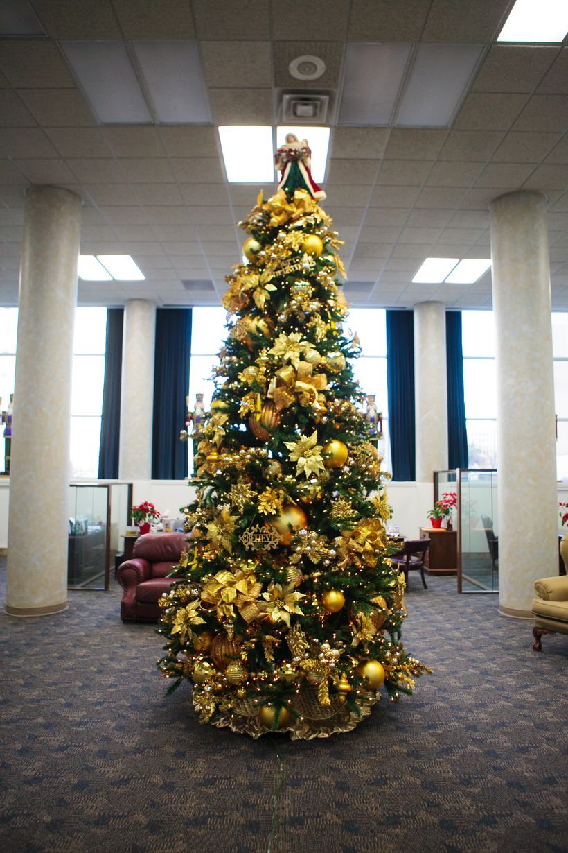 Bank-christmas-tree-decorating-ideas