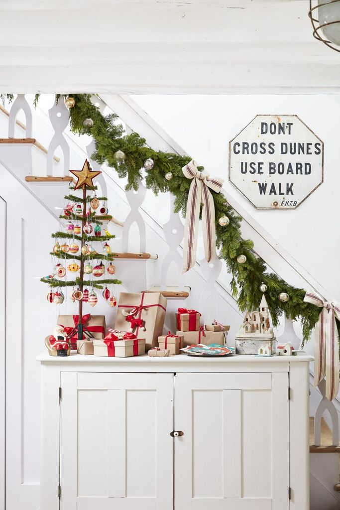 Staircase-christmas-decorations-garland