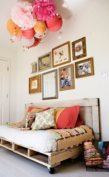 05-cozy-roll-away-daybed-pallet-furniture-ideas-homebnc