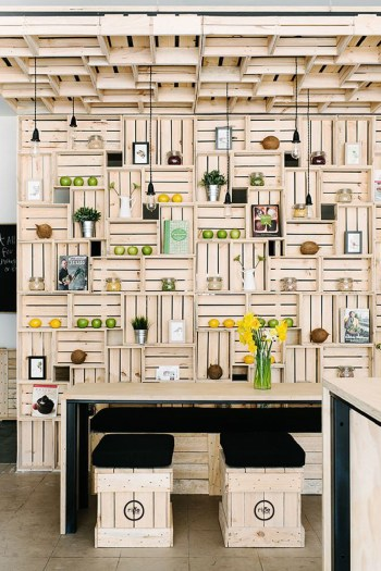 14-wooden-kitchen-bench-with-matching-back-splash-diy-pallet-projects-homebnc