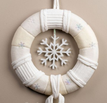 1-winter-wreath-with-a-snowflake-around