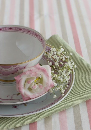 1 stylish-spring-table-settings-3