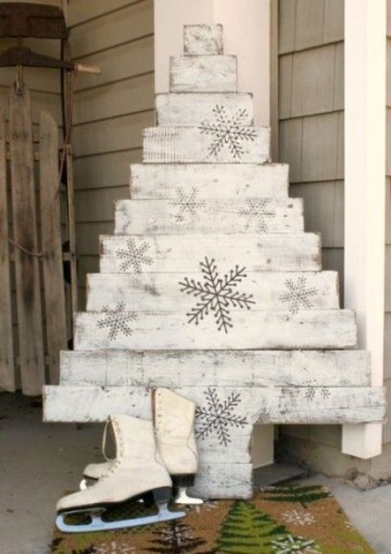 26-whitewashed-pallet-wood-christmas-tree-with-snowflakes