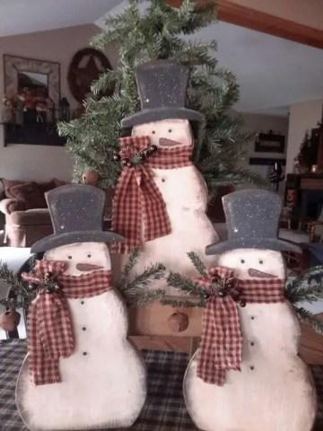 28-cutout-snowmen-trio-holding-a-fir-tree