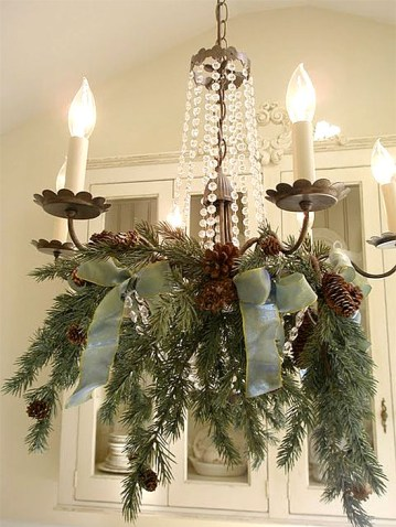 Elegantly-simple-christmas-chandelier