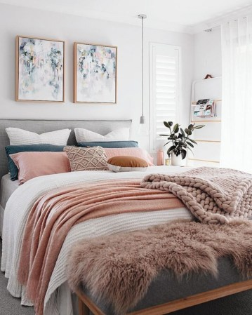 White-pink-female-bedroom-inspiration-cozy-beds