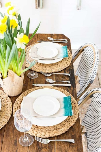 Add your daffodils and dip dyed napkins Chic Spring Table Setting Ideas To Enjoy Your Dinner And Lunch