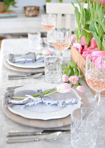 Incorporate crystal with soft grey napkins Chic Spring Table Setting Ideas To Enjoy Your Dinner And Lunch