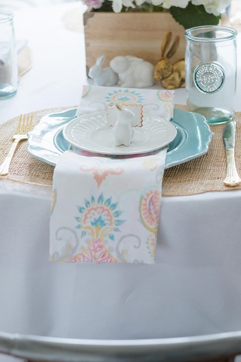 Match pastel dishes to patterned napkins Chic Spring Table Setting Ideas To Enjoy Your Dinner And Lunch