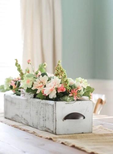 Spring-decor-ideas-the-turqoise-home-farmhouse-wooden-box-centerpiece