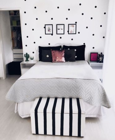 Cute-black-and-white-themed-teen-room-with-clean-design