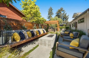 Patio-design-seating-with-a-pillow-decors