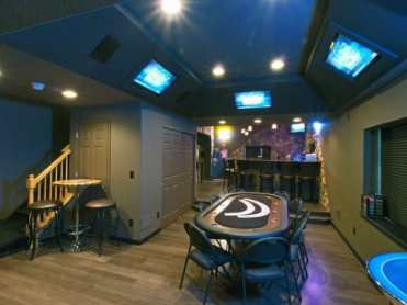 Mens-basement-man-cave-with-poker-table-and-bar-design