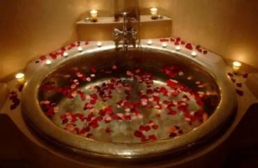 Valentines-day-bathroom-decor-ideas-23-554x362-1