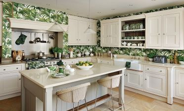 1-traditional-kitchen-in-white-with-tropical-wallpaper