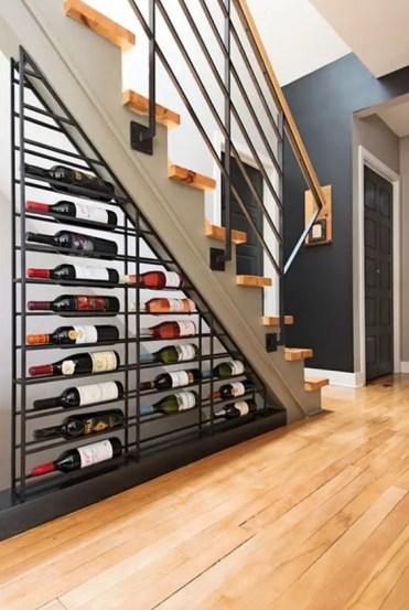 Una-grande-mensola-in-metallo-vino-sotto-le-scale-è-un'idea-cool-per-rock-in-qualsiasi-soggiorno-il-tuo-piccolo-cantuccio-vino-è-qui