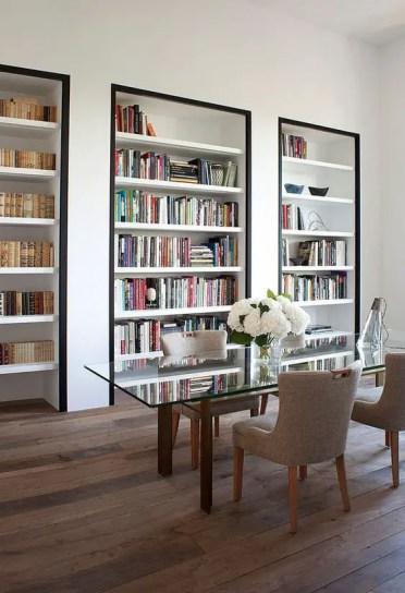 Un-ufficio-da-casa-super-raffinato-con-libreria-incorporata-con-cornice-nera-per-accentuarli-quanto-possibile-3