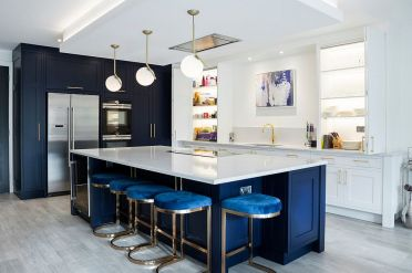 Classic-deep-blue-in-the-kitchen-bright-by-the-dashing-island-cabinets-and-bar-stools