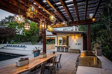 Dazzling-lighting-fixtures-fashion-a-enchanting-backyard