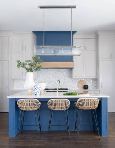 Kitchen-hood-color-matches-with-the-color-of-the-island-in-blue