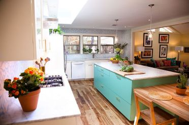 2-smart-island-brings-color-to-this-eclectic-kitchen