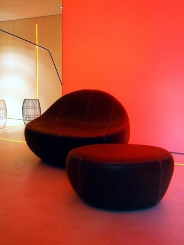2-lounge-chair-impresses-with-modern-design-and-an-asymmetrical-shape-4-848954233