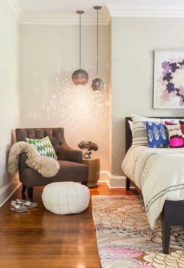 Angolo di una camera da letto contemporanea trasformata in un angolo di lettura
