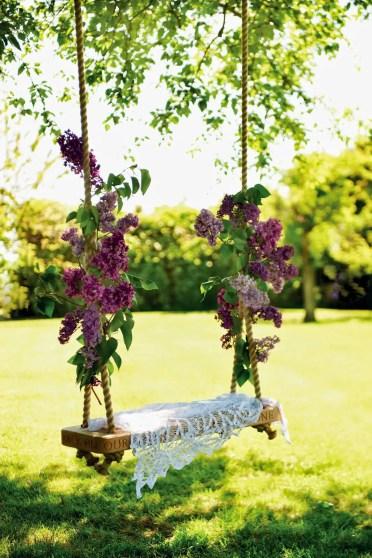 Il-semplice-altalena-in-legno-è-un-elemento-tradizionale-da-cortile-