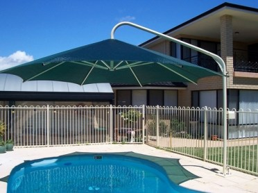 Umbrella-swimming-pool-sun-protection-ideas-modern-patio-design