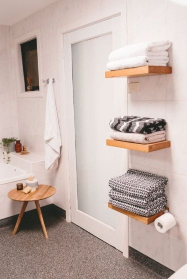 08-floating-shelves-for-towels-dont-look-bulky-and-dont-clutter-your-bathroom-this-is-a-cool-solution