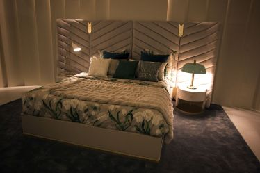 Combine-contrasting-bedside-table-lamps-for-a-unique-look