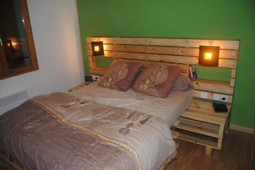 Pallet-headboard-with-shelves