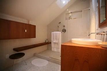 piccolo-bagno-cabina-doccia-idee-parete-in-vetro-mobile-toilette-in-legno