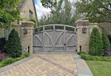 Driveway-gate-ideas-for-traditional-houses