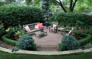 Privacy-protection-hedge-garden-sitting-area-wooden-furniture-water-feature