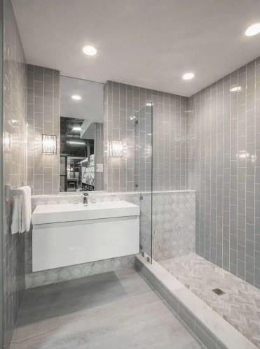 Piccolo-bagno-con-cabina-doccia-lungo-il-muro