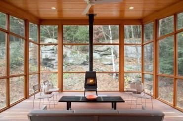 Super-accogliente-solarium-piena-di-legna-naturale-e-una-stufa-a-legna-750x495-1