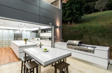 White-and-gray-outdoor-kitchen-with-a-refined-look