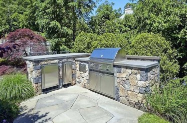 L-shaped-outdoor-kitchen-with-rough-stone