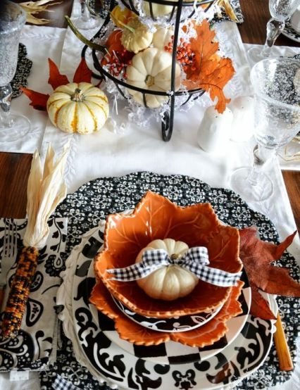04-patterned-black-and-white-chargers-pumpkins-with-a-black-and-white-bow-pumpkins-in-a-wire-stand
