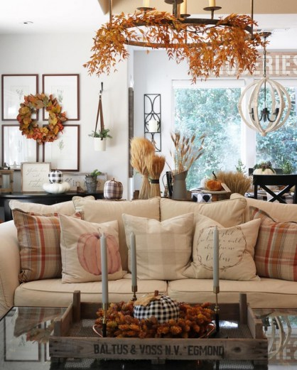 1-fall-living-room-decor-ideas-sofa-with-pillows-chandelier-garland-1