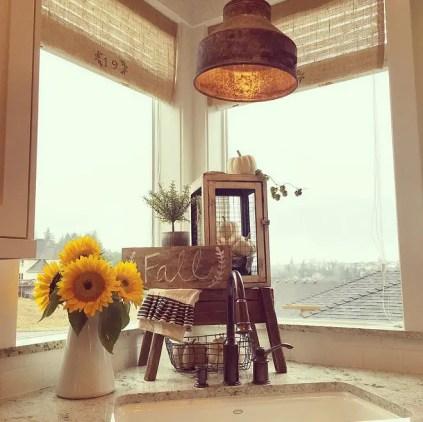 Kitchen-fall-decor.-yellowprairieinteriors-via-instagram.