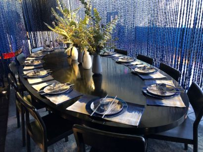 Oval-dining-table-with-blue-plates