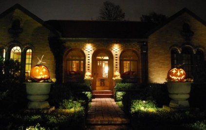 Scary-path-and-with-halloween-pumpkins-and-well-lit-entry-600x401-1