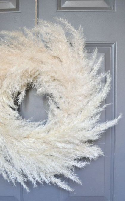 An-airy-pampas-grass-wreath-is-a-beautiful-and-chic-decoration-for-the-fall