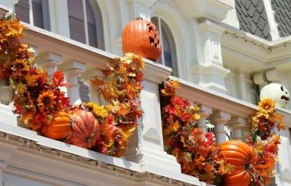 Balkon-herbstlich-dekorieren-halloween-girlande-kuenstliche-kuerbisse-sonnenblumen-e1446669923779